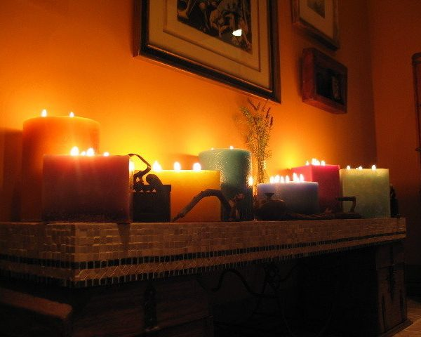 Осветите свою гостиную декоративными свечами