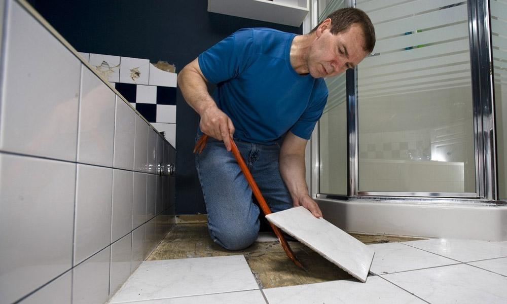 Замена плитки в ванной комнате: как действовать?