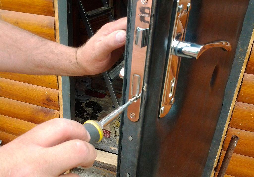 Как заменить замок на входной двери?